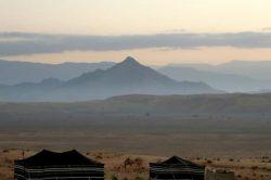 4_oman_luxurioeser_segeltoern_und_wuestenabenteuer_wahiba_bedouin_tents_and_camels_at_dusk