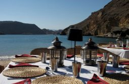 beduinencamp_luxurioeser_kurztrip_in_die_wahiba_wueste_dinner_on_beach